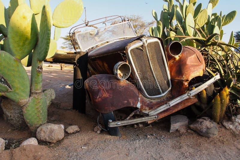 在沙漠围拢的单粒宝石的被击毁的汽车在纳米比亚 库存图片