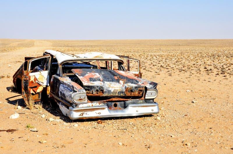 在沙漠放弃的汽车击毁 库存图片
