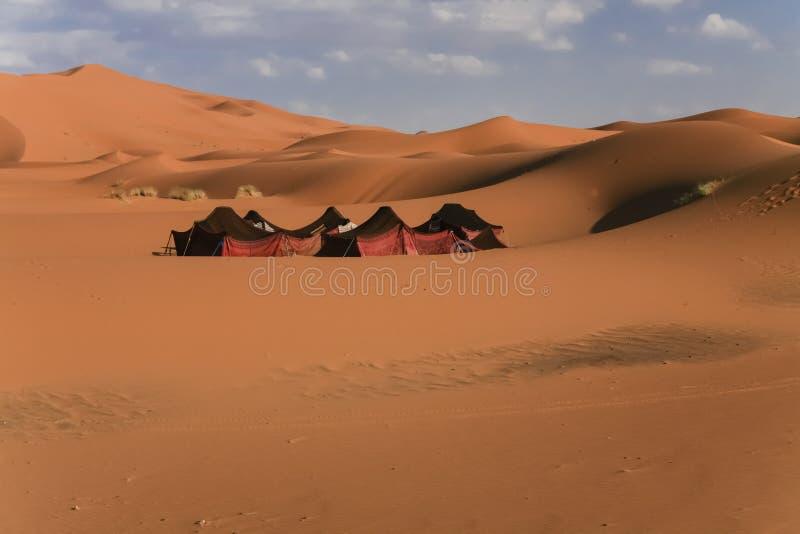 在沙漠沙丘中的游牧帐篷 库存照片