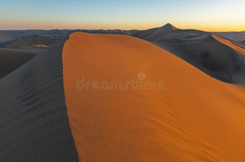在沙漠沙丘的日落,秘鲁 免版税库存照片