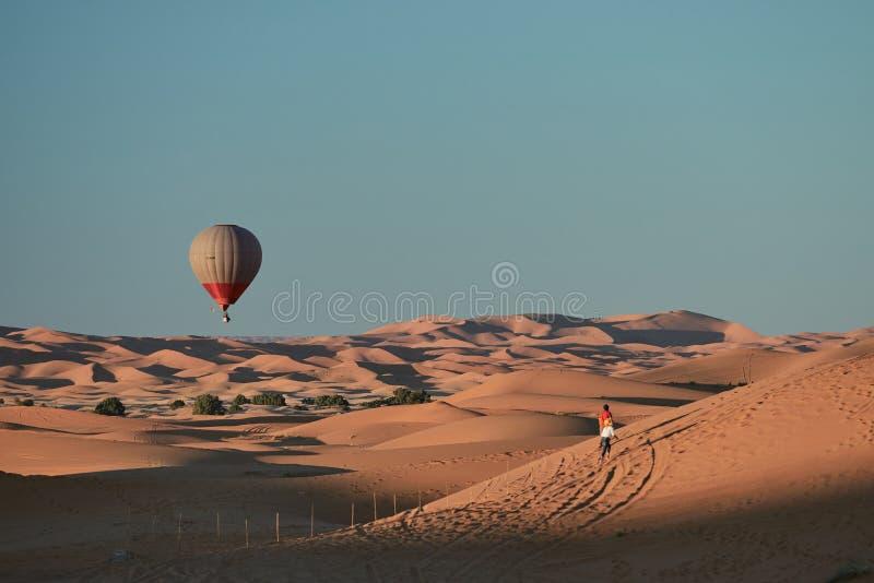 在沙漠的一次热空气气球飞行 图库摄影
