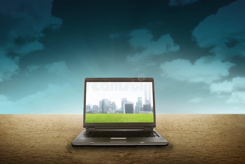 在沙漠的大膝上型计算机 免版税库存图片