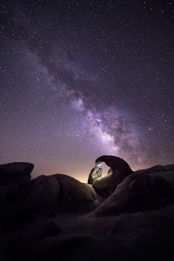在沙漠的银河星系 库存图片