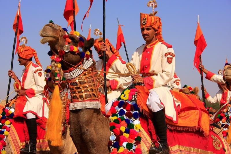 在沙漠节日的骆驼队伍, Jaisalmer,印度 免版税库存照片