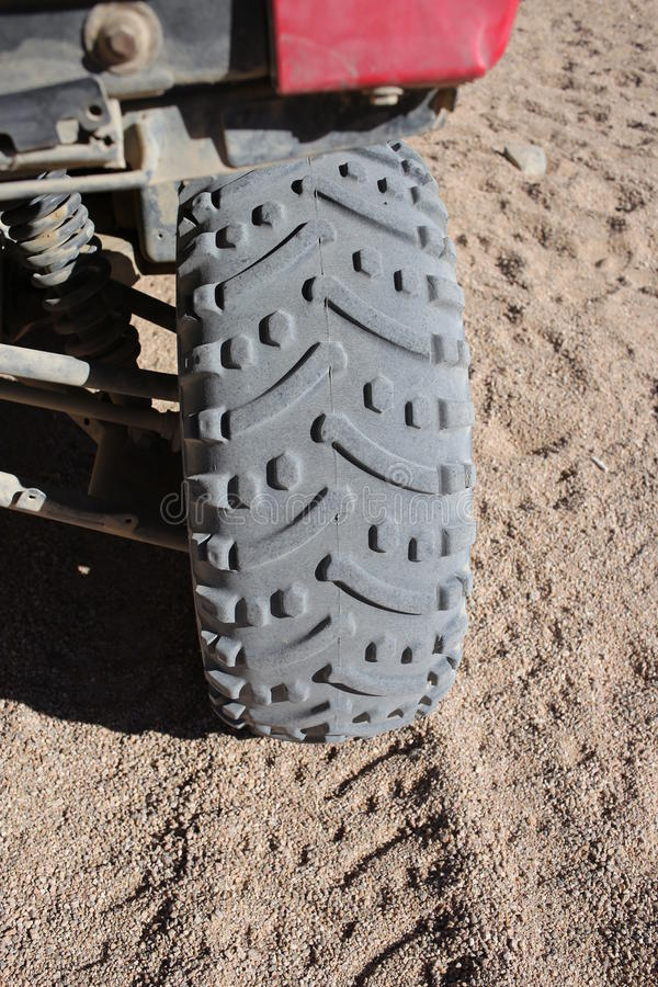 在沙漠转动车胎和印刷品在沙丘,埃及 库存照片