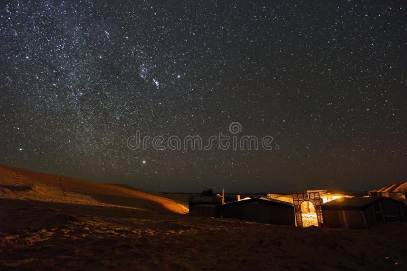 在沙漠露营地上的繁星之夜在撒哈拉 免版税库存照片