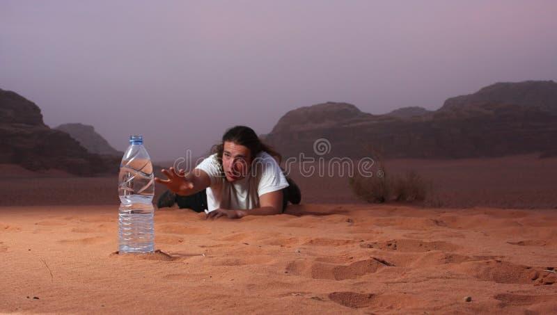 在沙漠渴望水的绝望人 免版税库存照片