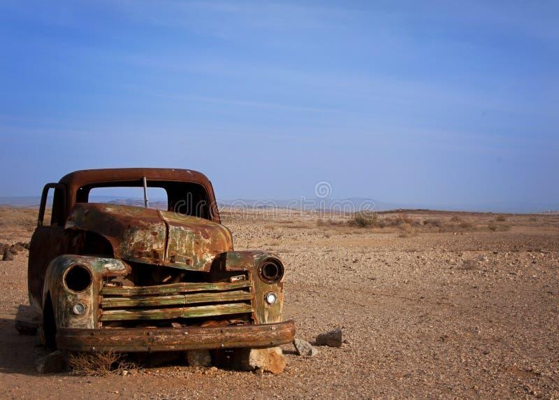 在沙漠desserted的老生锈的汽车 图库摄影