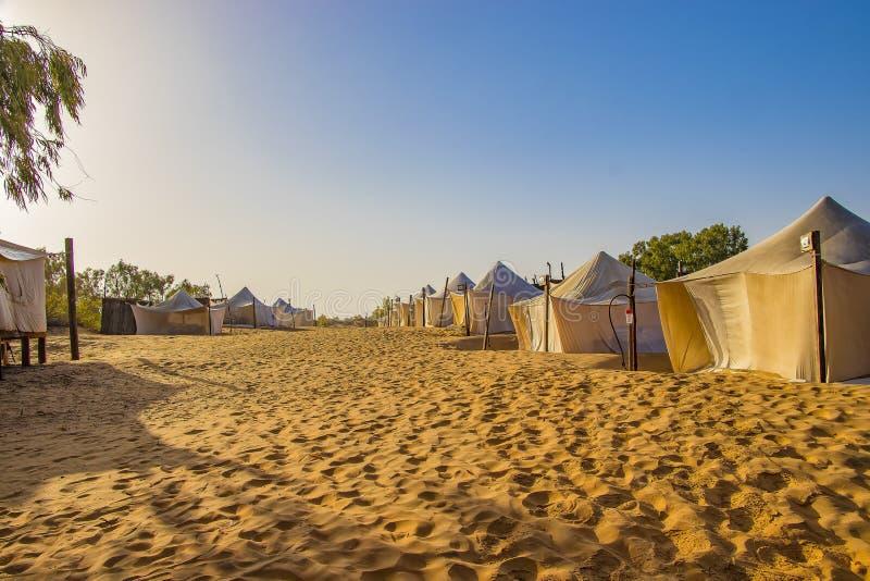在沙漠Lompoul,塞内加尔,非洲的阵营的白色帐篷 免版税库存图片