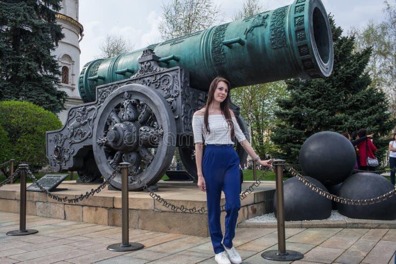 在沙皇大炮前面的一个女孩 免版税图库摄影