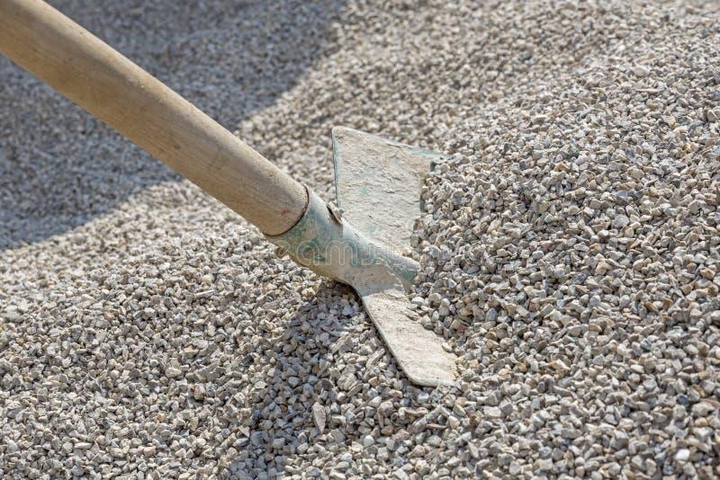 在沙粒堆的铁锹  免版税库存图片