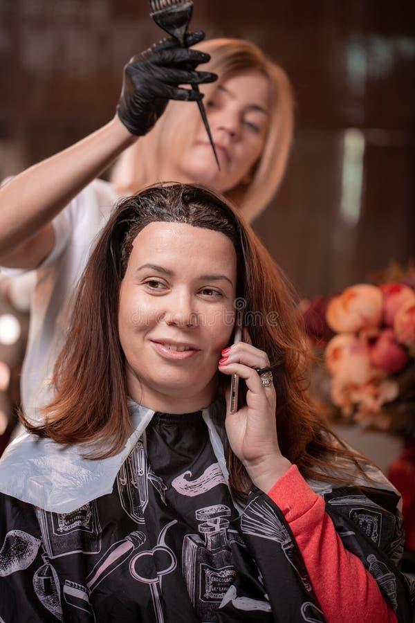 在沙龙的头发染色,头发称呼 专业巫术师绘在沙龙的头发 秀丽概念,护发 免版税图库摄影