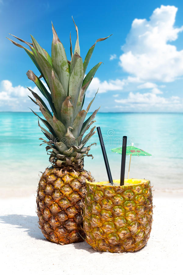 在沙滩的菠萝鸡尾酒 库存照片