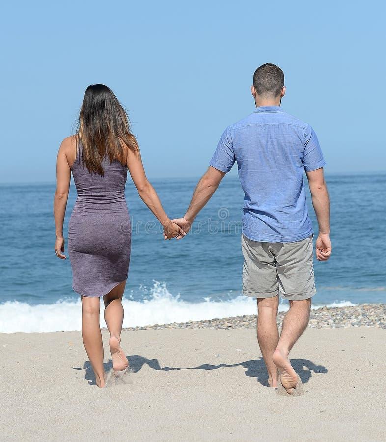 在沙滩的年轻夫妇 库存照片