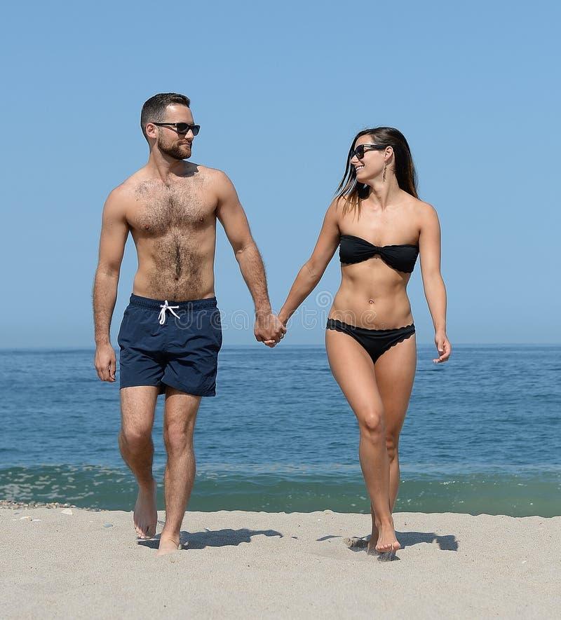 在沙滩的年轻夫妇 图库摄影