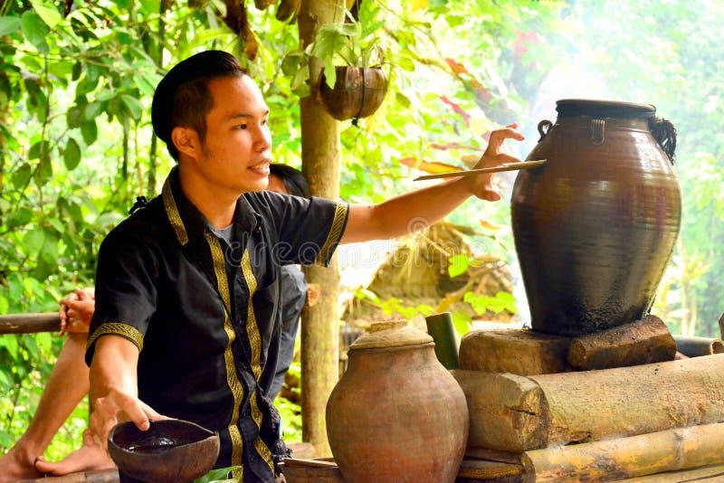 在沙巴,马来西亚的桃莉桃莉文化村庄导游 免版税库存照片