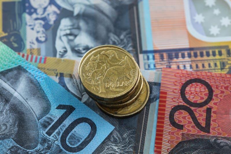 在没有的澳大利亚元的澳大利亚金钱一美元硬币堆 图库摄影