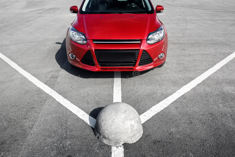 Download 在沥青停车处的红色汽车在白天 库存图片. 图片 包括有 公园, 汽车, automatics, 红色, 城镇 - 72370645