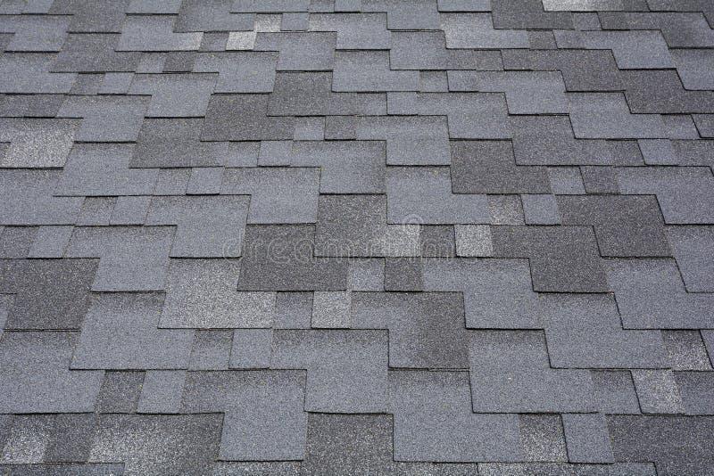 在沥青屋面的特写镜头视图盖背景 屋顶木瓦-屋顶 免版税库存图片