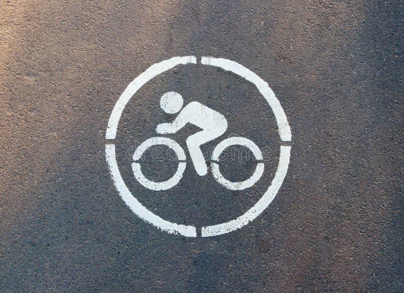 在沥青画的标志表明骑自行车者的轨道 免版税库存照片