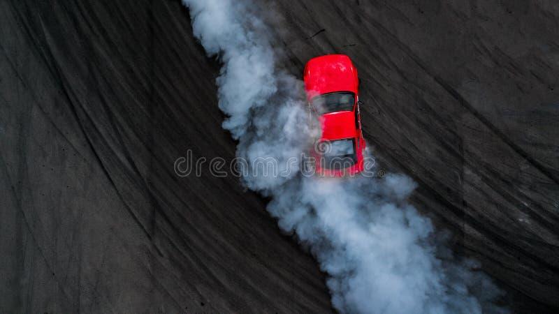 在沥青轨道w的空中顶视图专业司机漂泊汽车 免版税图库摄影