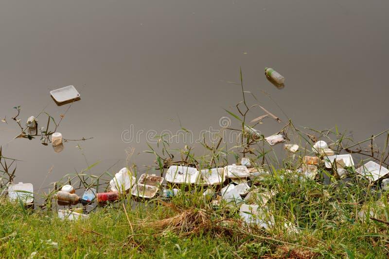 在河、污染和环境的塑料垃圾在水中 免版税图库摄影
