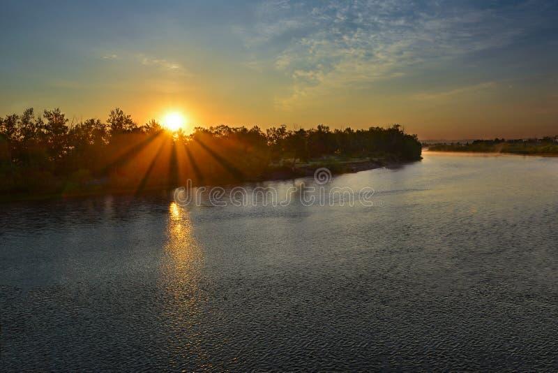 在河上的夏天或春天美好的日落日出风景 免版税库存照片