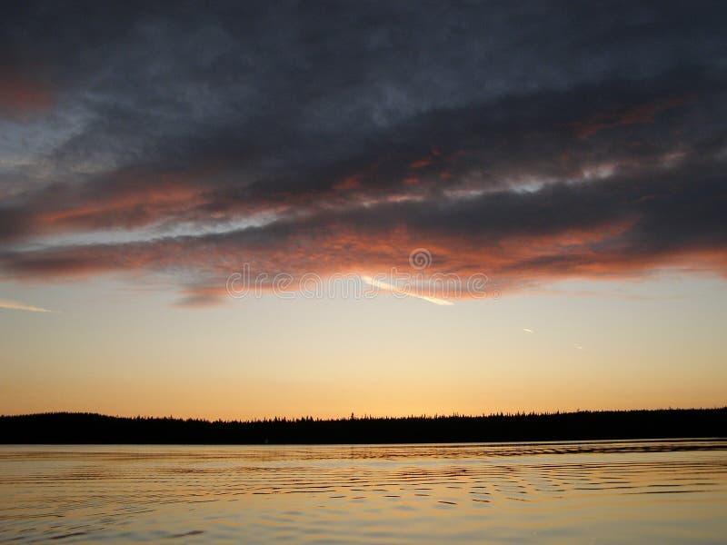 在河上的异常的天空日落时间的 库存照片