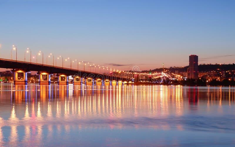 在河伏尔加河的桥梁 库存图片