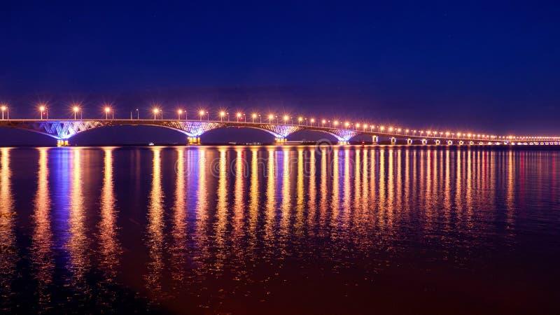在河伏尔加河的桥梁 免版税库存照片