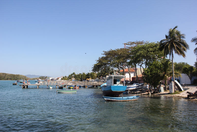 在河停泊的小船 免版税图库摄影