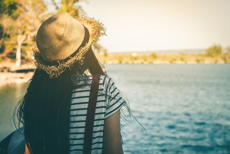 在河包围的河的妇女旅游开会 库存图片