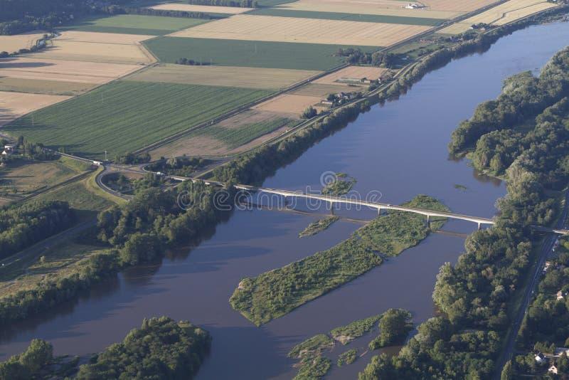 在河卢瓦尔河的气球飞行在法国 免版税库存照片