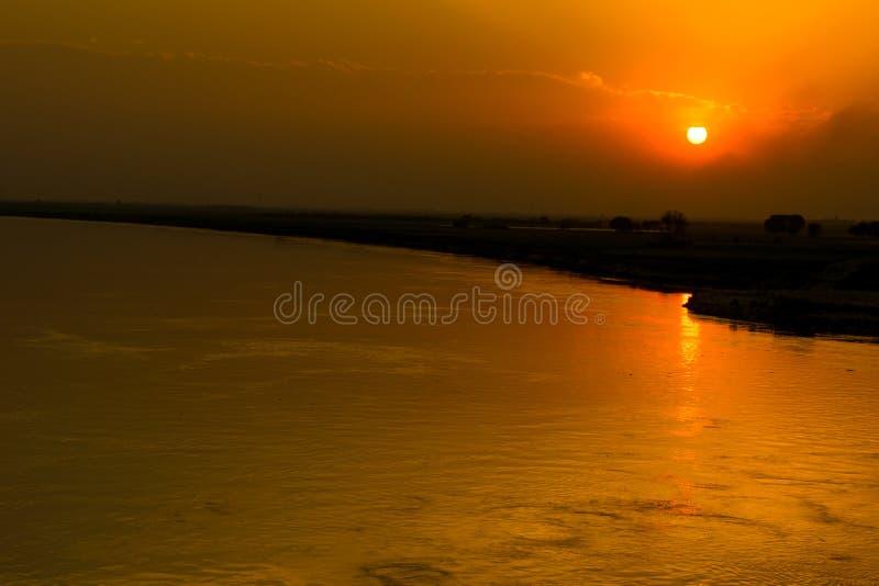 在河印度斯巴基斯坦的美好的日落 免版税库存照片