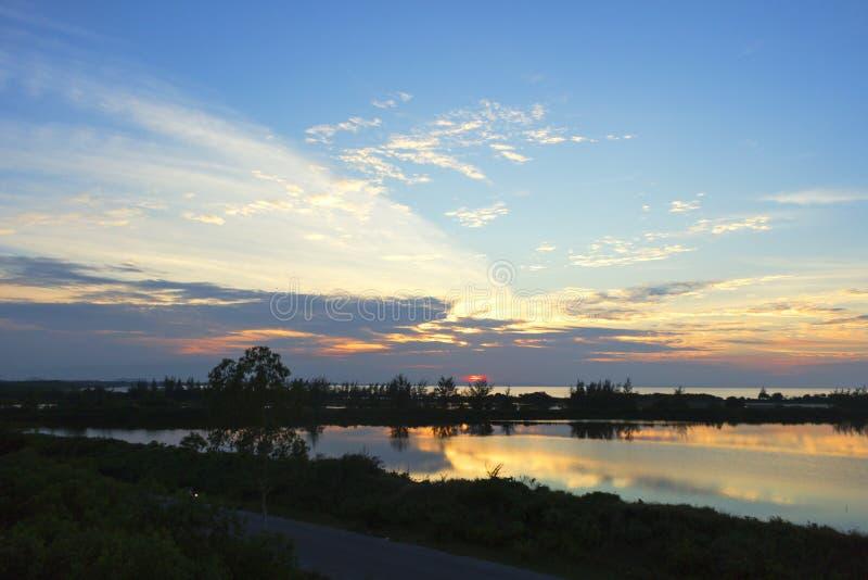 在河反射的橙色日落在水风景 免版税图库摄影