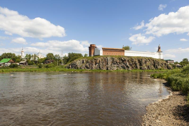 在河吐拉的河岸的Verkhotursky克里姆林宫 Verkhoturye 俄国 库存照片