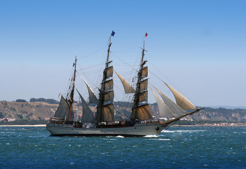 在河启运的风帆船 库存照片