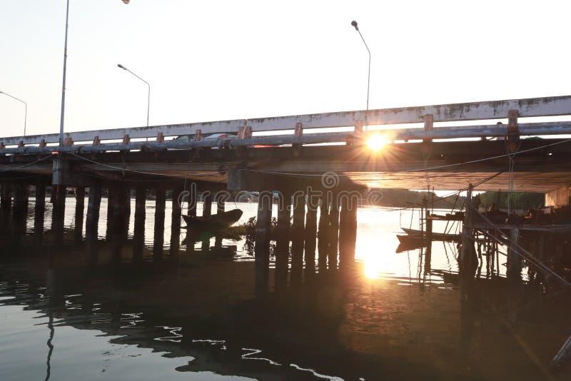 在河和日落的桥梁 免版税图库摄影