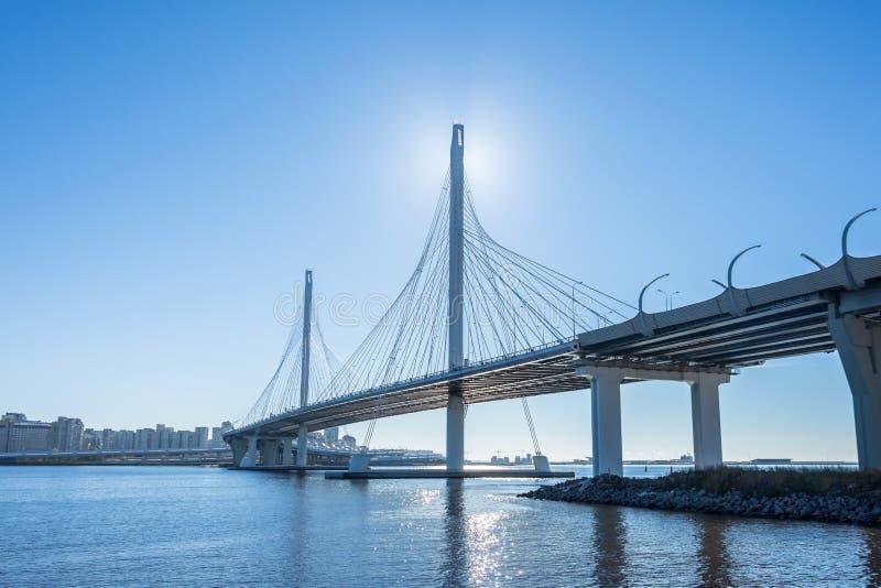 在河和海湾的高速公路现代桥梁 库存图片
