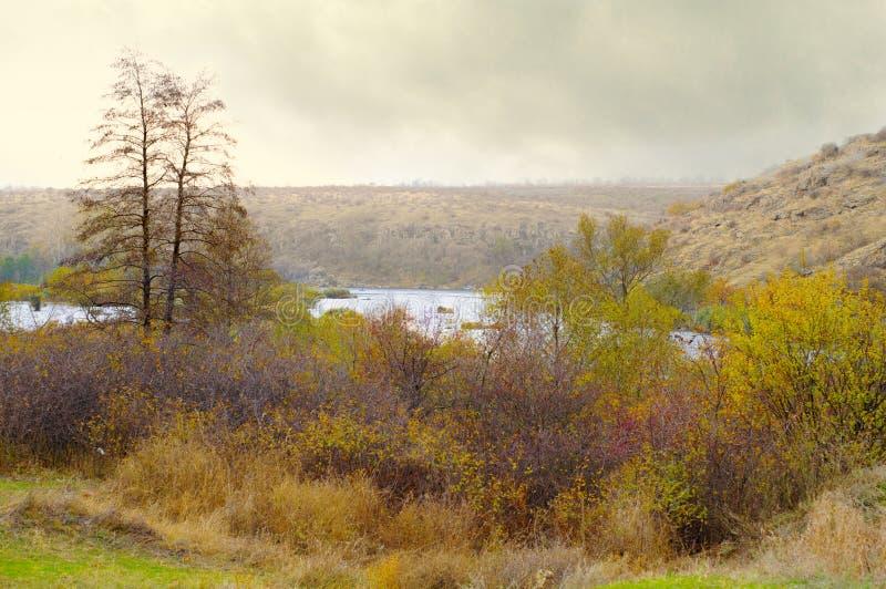 在河和花岗岩岩石附近的秋天风景 免版税库存照片