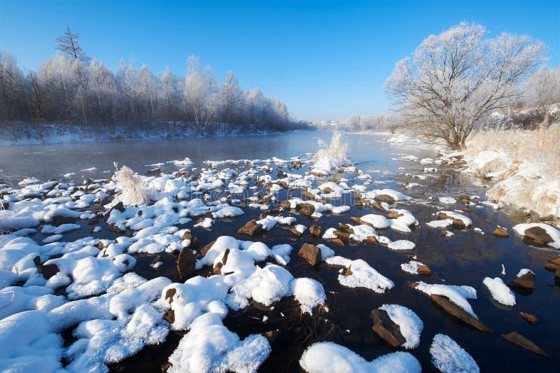 在河和蓝天的雪块 免版税库存照片