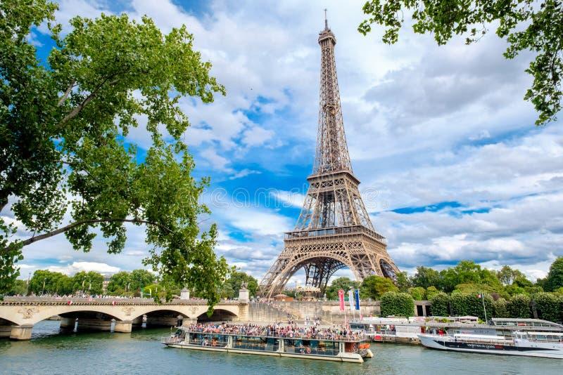 在河塞纳河的艾菲尔铁塔和巡航小船在巴黎 库存照片