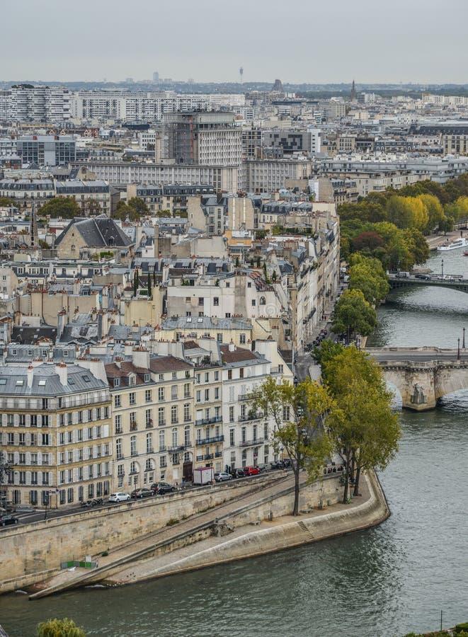 在河塞纳河的鸟瞰图有桥梁的 免版税图库摄影