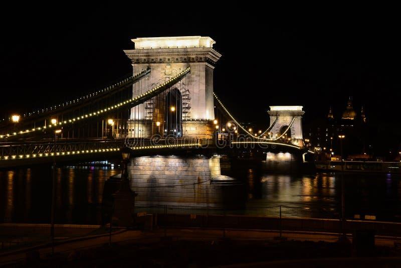 在河多瑙河的铁锁式桥梁在布达佩斯在夜之前,匈奴 库存图片