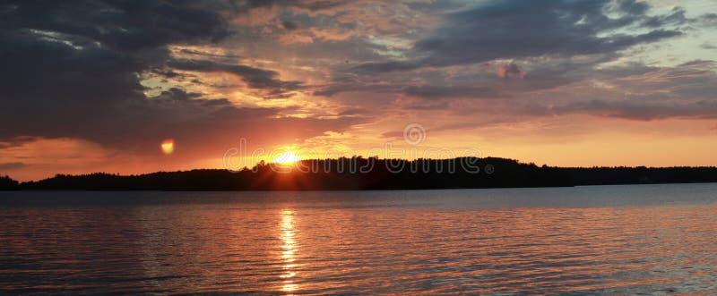 在河天际风景的日落 在湖水视图的红色日落 黑暗的日落河全景 库存图片