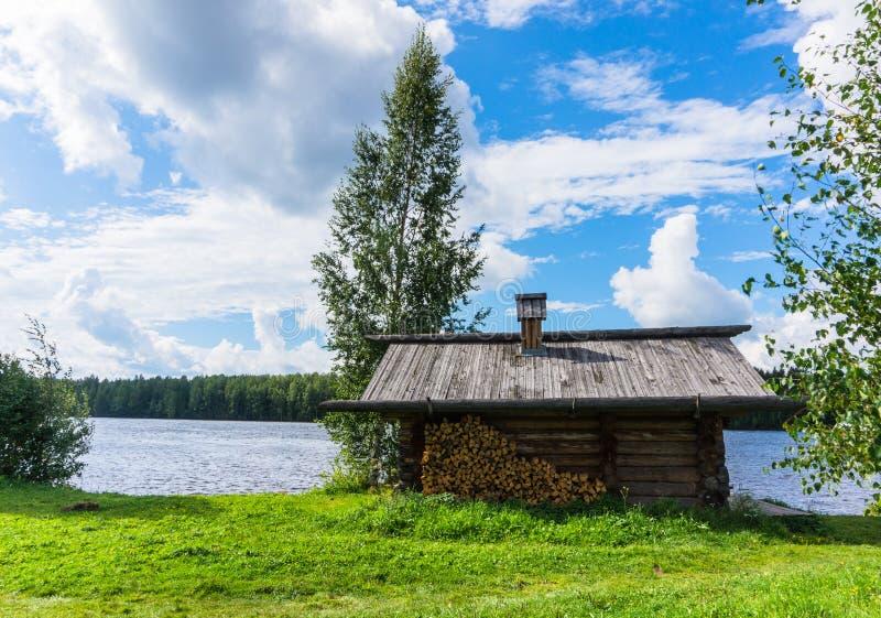 在河岸的俄国banya 免版税图库摄影
