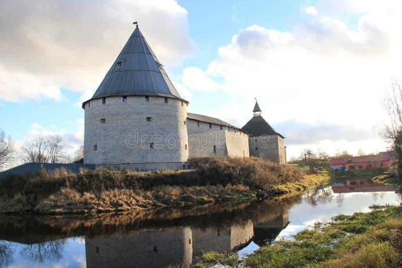 在河岸的古老城堡 免版税库存图片