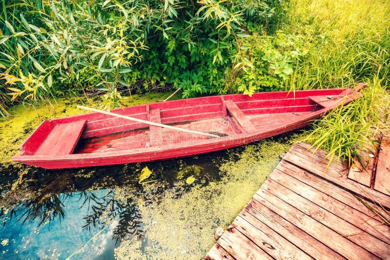 在河岸的木小船 库存照片