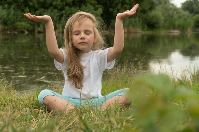 在河岸的瑜伽 免版税图库摄影
