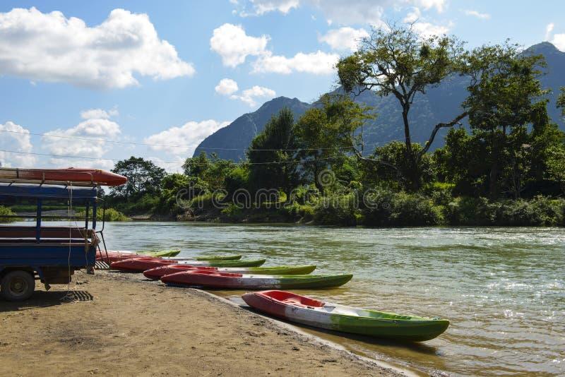 在河岸的皮船 免版税图库摄影